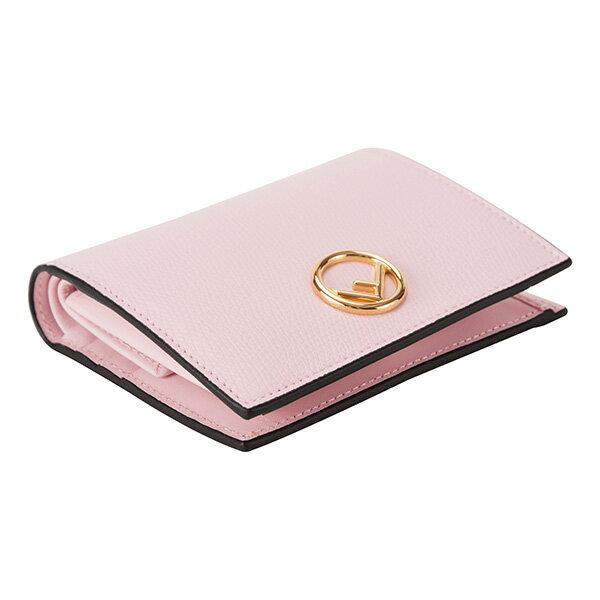 868b0380a224 シボが施された上質なカーフレザーを使用した二つ折り財布。フロントのクラシカルな雰囲気漂う新モノグラムロゴがアクセント。コンパクトながらポケットや小銭入れなど  ...