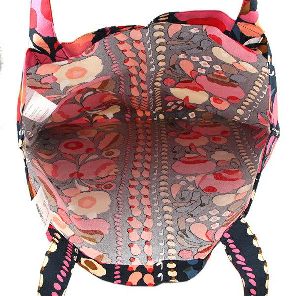 b16c23406008 フィンランド語で「ワタスゲ」を意味する「トゥップライネン」のバッグ。落ち着いたダークブルーのベースにピンクや黄色の柔らかな雰囲気のフラワーモチーフが描かれた  ...