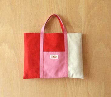 名札(氏名票)つきレッスンバッグ(通園・通学バッグ)縦30cm横40cm氏名票は内側についています。無地ピンク・赤・白三色のパッチワークタイプ
