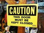 アメリカのプラスチックサインボード ヘビーオンスタイプ(このドアは必ず閉めて下さい) ■ アメリカ雑貨 アメリカン雑貨 壁掛け 壁飾り インテリア雑貨 おしゃれ 人気 壁面装飾 絵 装飾 ディスプレイ 内装 ウォールデコレーション サインプレート