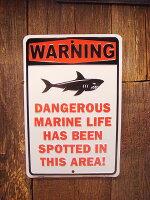 ジョーク看板危険!このエリアに凶暴な海洋生物が出現するので注意!