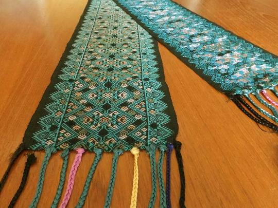 ラオススレンダー(肩掛け)/シルクの手織り布 タペストリーやランナーなどインテリアクロスにおすすめ!フリンジがついた細長い絹織り物。