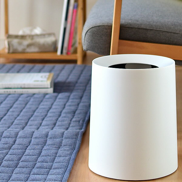 """カバーでポリ袋をすっぽり隠すことができるゴミ箱""""TUBELOR HOMME(チューブラー オム)""""は、その美しさも高く評価され、パリやNYのデザインホテルなどの客室備品としても採用されるほど。"""