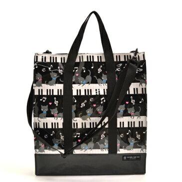 縦型レッスンバッグ・音楽バッグ ピアノの上で踊る黒猫ワルツ(ブラック) (斜めがけ 手提げバッグ おけいこバッグ 絵本バッグ 通学 小学生 図書 袋 子供 キッズ 幼児 雨 防水 女の子 入学祝い ピアノ 猫 モノトーン)