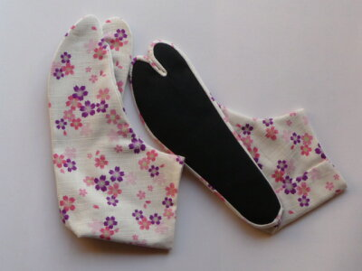 白地に桜の花びらが散りばめられています。白足袋の感覚で履けるので着物と相性の良い柄足袋で...
