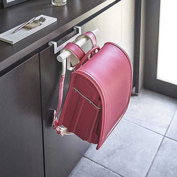 下駄箱の扉に差し込むだけで、ランドセルやリュックを掛けておける便利なハンガー。スチール製の丈夫なつくりで、耐荷重は6kg。ランドセルだけでなく、幼稚園バッグや上履き袋、傘などを掛けてもいいですね。