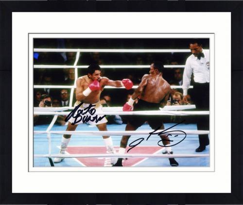 【直筆サイン入り】Framed Roberto Duran & Sugar Ray Leonard Dual Autographed Photograph 1980年代の中量級黄金時代を築き上げた、シュガー・レイ・レナード(Ray Leonard)とロベルト・デュラン(Roberto Duran)。彼らの直筆サイン入りフォト。