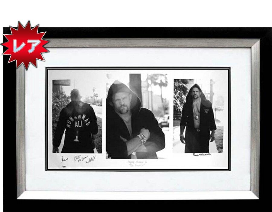 【直筆サイン入り】『 Paying Homage to the Greatest』 『モハメド・アリ』のサイン入りチャックリデルがモハメド・アリのガウンを羽織り試合に行く前の写真。