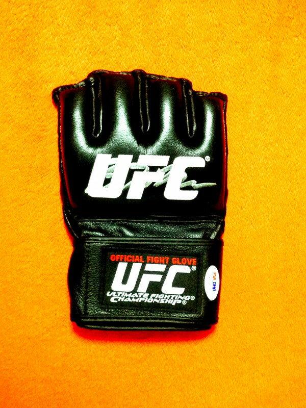 【直筆サイン入り】BJ Penn Signed Official UFC Fight Glove 第3代UFC世界ライト級王者、第4代UFC世界ウェルター級王者BJペンの直筆サイン入りUFCオフィシャルグローブ