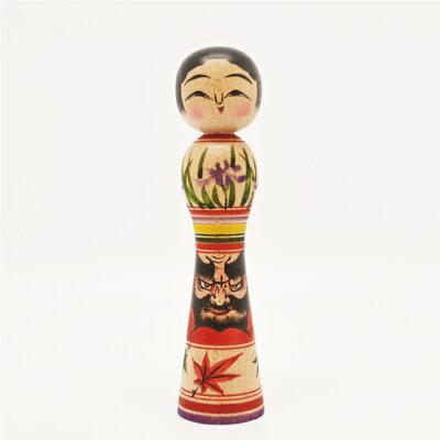 青森県津軽の伝統こけし。5寸・15cmサイズ。胴部分にねぷたのダルマの描かれた、たれ目が愛らし...