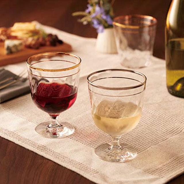 こちらはグラスの縁に金とプラチナが施されており、高級感がありますね。美しいグラスは、色々な角度から眺めたくなります。ランチやディナーに使えば、非日常の気分を味わえそう!大切な人へのギフトにもおすすめです。