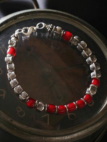 カレン族シルバーブレスレット/アンティークビーズ - 生命や活力を象徴する鮮やかな赤。a05-60 [ ...