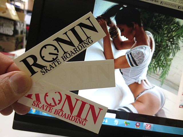 Ronin Eyewear Skate (ロニンアイウェアースケート) OG Logo Ronin Stiker 8cm×2.5cm (スケートボード スケボー サーフィン ハードウェア キャップ,ロニンアイウェアー ステッカー)