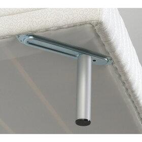 本体に固定された金具に脚部を固定。しっかり丈夫な構造です。