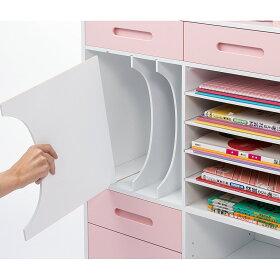 教科書・本の収納部の仕切り板は引き出して取り外せます。右側のトレー棚は教科ごとに分けて引き出せます。