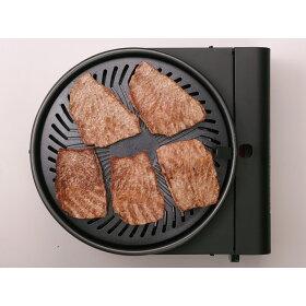プレートの中央が盛り上がった形状で、肉から出た脂はプレートにあるミゾから下に落ちて、フチにある穴から下の水皿に落ちる構造です。脂が火にあたらないので煙が出ないのです。
