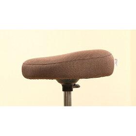 座面に絶妙な角度の傾斜をつけることで、座ると骨盤が立ち背筋が伸びた姿勢に!自然と良い姿勢でスクワットができます。