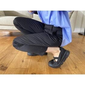 屈曲性の高い靴底で、厚底なのにパカパカしにくい!足の動きにぴったりフィットします