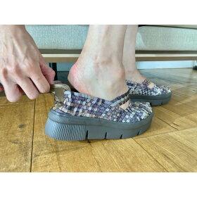 かかとに「靴べらパーツ」付き!ココをぐっと引っ張れるので足入れしやすい。柔らかい素材なので靴擦れしにくいのもうれしい!