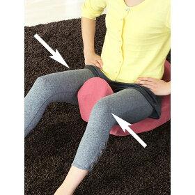 前の突起部分を内ももで挟むように締めると、内転筋を刺激するエクササイズに。気になる太ももを引き締め、美脚を目指します。