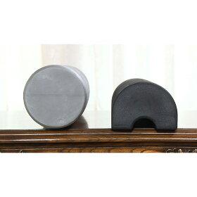 (右)リストレッチボディはかまぼこのような半円柱形。接地面が平らだから安定感があり、寝転がりやすく、「脱力」しやすい。(左)従来品は円柱状で不安定なため、脱力してストレッチすることが難しい。