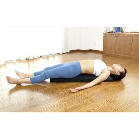 本体のロゴがある方に座り、そのままゆっくり寝ます。頭がギリギリ床につかないように調整してください。アゴが上がり、胸が広がり、お腹までぐっと伸びます。※目安は約3分。呼吸は止めず、ゆっくり深く呼吸することを意識します。