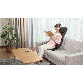ソファで読書をしながら
