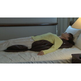 ベッドの上で寝ながら使えるのはスゴイ!寝て使うと、自分の体重でグッと深く入り込み、パワフルなもみ心地に!