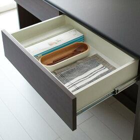 ゴミ袋やキッチン小物は引き出しに。迷子になりやすい細々した物をまとめて管理できます。