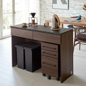 デスク型のキッチン収納で、大型ごみ箱を隠しつつキッチンとダイニングの間の空間を緩やかに間仕切ります