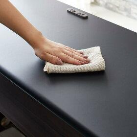 天板はキズ・汚れに強いメラミン素材。汚れもさっと拭き取ってクリーンなキッチンを保ちます。