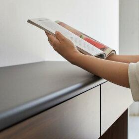 天板の縁はマルク仕上げ、レシピ本を見たりタブレットなどの操作、調理中の手当たりも優しいこだわり仕上げ。