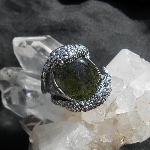 大粒モルダバイトスネークリング、スターリングシルバー指環、イギリスのアーティストのハンドクラフト、守りの蛇17号:天使の石DivineAngelPlace