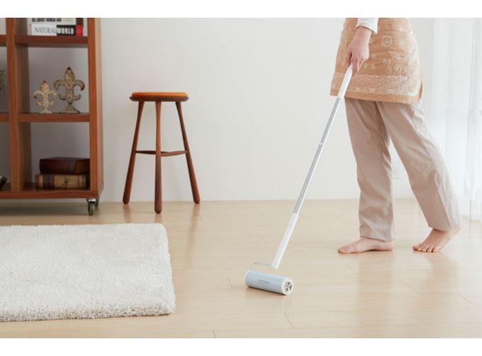 床を粘着クリーナーで掃除している様子
