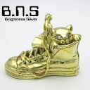 靴の中の猫ペンダント 真鍮 ブラス (靴 スニーカー バッシュ バスケットシューズ ねこ ネコ)