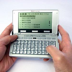 タガログ語を含む12カ国語を収録した音声付しゃべる電子辞書。よく使う日常会話や旅行会話フレ...