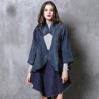 オリジナルデザイン レトロ調 チャイナデザインのデニムマント風カーディガン 羽織 胸元のチャイナボタンがかわいい 右肩部分には大きなネイビーカラーの刺繍 全体にビンテージのような色合い加工 パンチの効いた一着です。M L XL