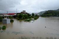 浸水した中学校運動場