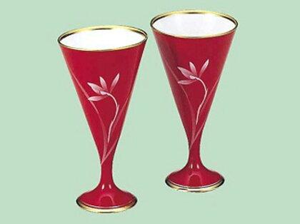 Q007(item0093) 【ベネチアンガラスを彷彿とさせる深い赤色♪ 白磁有田焼】ベネチアンレッド・ペアワインカップ