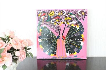 【即納】イッサ<ISSA>の「クジャク」中型45x45cm木枠張り・紐なし、木枠の梁の部分を壁のクギにひっかけて飾れます。バックカラー:ピンク