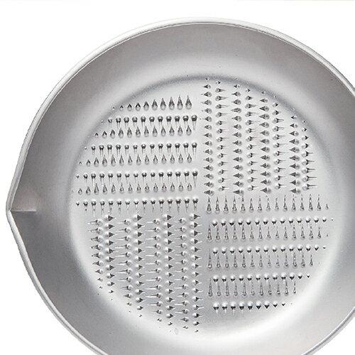 刃の配列が特殊な配列になっており、円を描くように食材をあてていくと、効率よくすりおろすことができます。シンプルですが優秀な逸品ですよ。