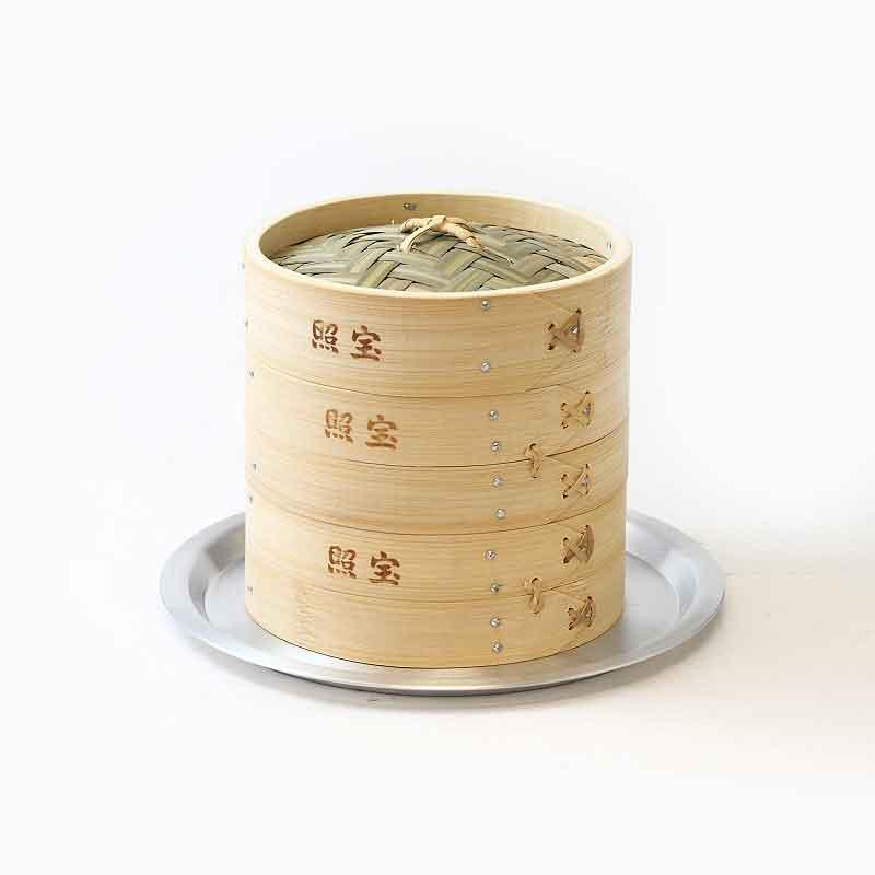 中華街の調理道具の老舗「照宝」は、プロの料理家にも愛用者が多い人気メーカー。こちらは竹製で、蒸し板が付いているので手持ちの鍋と多少サイズが合わなくても大丈夫。こちらは、使いやすい中型の21㎝ですが、ほかに30㎝もあります。