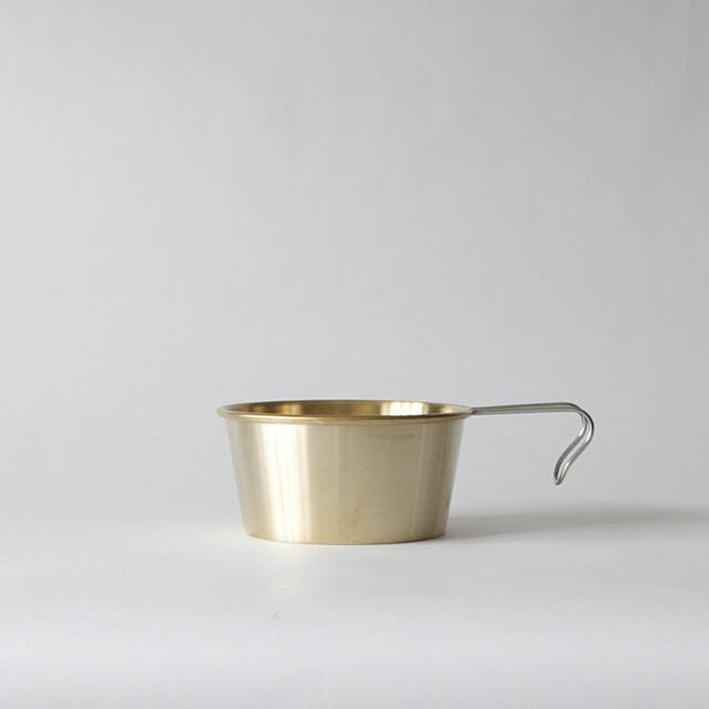 真鍮を使った、こだわり感のあるシェラカップ。経年変化が楽しめそうですね。新潟県燕市製で作られた本格派です。とても美しいので、普段のテーブルウエアとして使うのも面白いアイデア。480mlのほか、300mlもあります。
