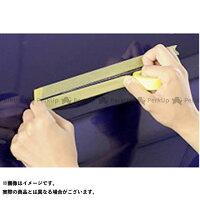 塗料がキズからはみだしてもいいよう、キズに沿ってマスキングテープを上下に貼ります。