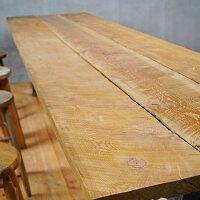 幅広のダグラスファー無垢一枚板。古材のような風合い。