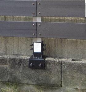 ウッディ-プラフェンスを柱に取り付けブロックに取り付け使用金具です。1枚のフェンスに2本必要...