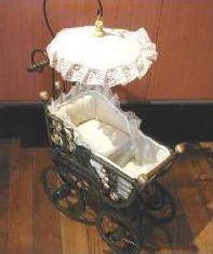 小さな乳母車スタイルの置物。小物を入れて飾ったり、ペットのおもちゃにも・・・レース日傘付...