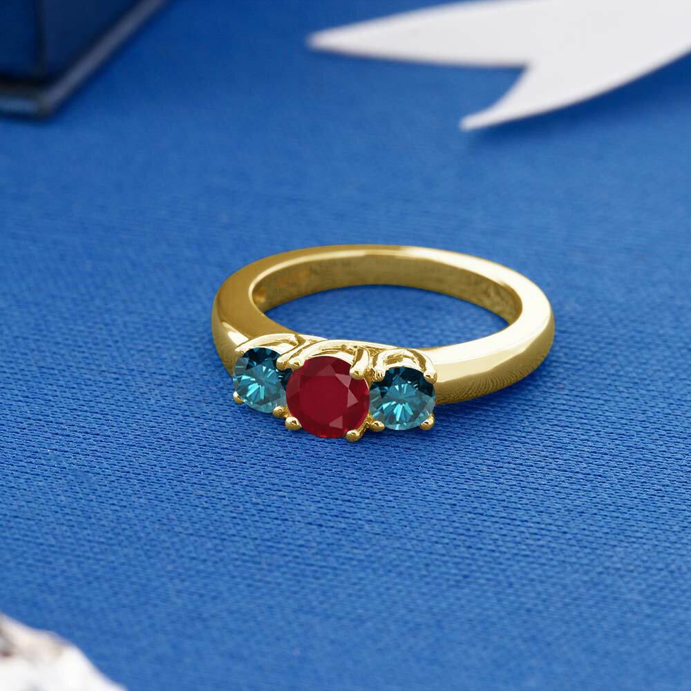 Gem Stone King 1.09カラット 天然ルビー シルバー 925 イエローゴールドコーティング 天然ブルーダイヤモンド 指輪 リング レディース シンプル スリーストーン 天然石 誕生石 金属アレルギー対応 誕生日プレゼント