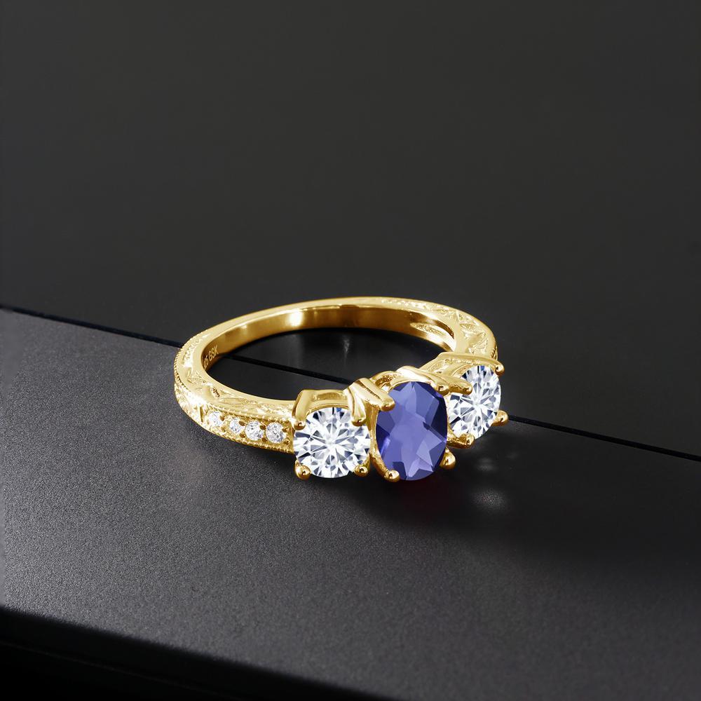 Gem Stone King 1.77カラット 天然アイオライト(ブルー) モアッサナイト Charles & Colvard シルバー 925 イエローゴールドコーティング 指輪 リング レディース スリーストーン 天然石 金属アレルギー対応 誕生日プレゼント