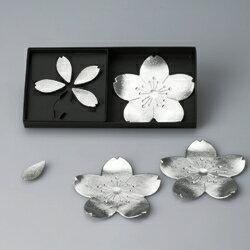 おもてなしや贈り物などにもおすすめです。【送料無料】風情ある桜モチーフのトレーと箸置のセ...